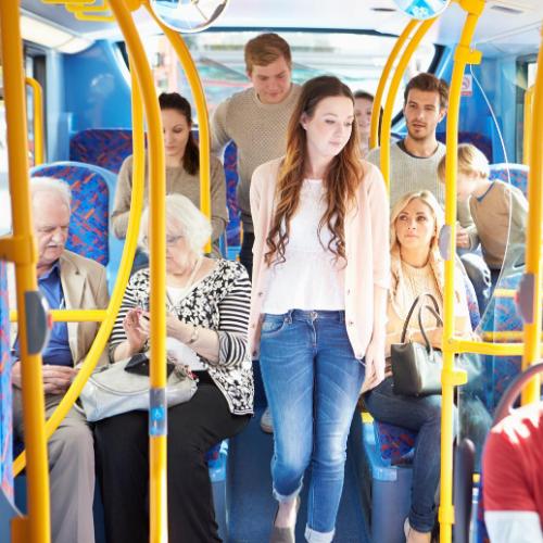 Mange mennesker i bussen og offentlig transport